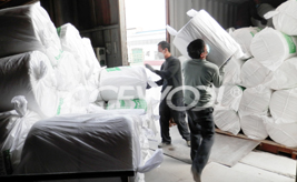 The loading process of CCEWOOL ceramic fiber blanket in woven bag package